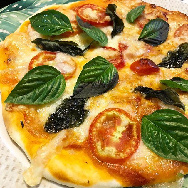 イタリアントマト(サンマルツァーノ リゼルバ)とバジルのモッツァレラチーズのピザ。絶品。やっぱり日本のトマトとは全然違い、イタリアンの調理用としては格別の味。