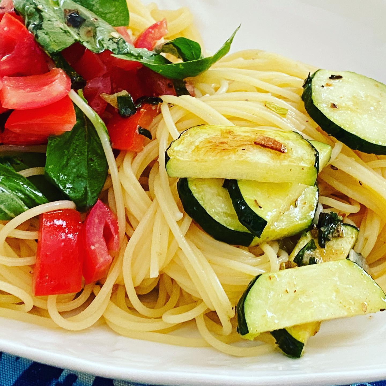 トマトとバジルとズッキーニの冷製パスタ。夏のランチにピッタリ!