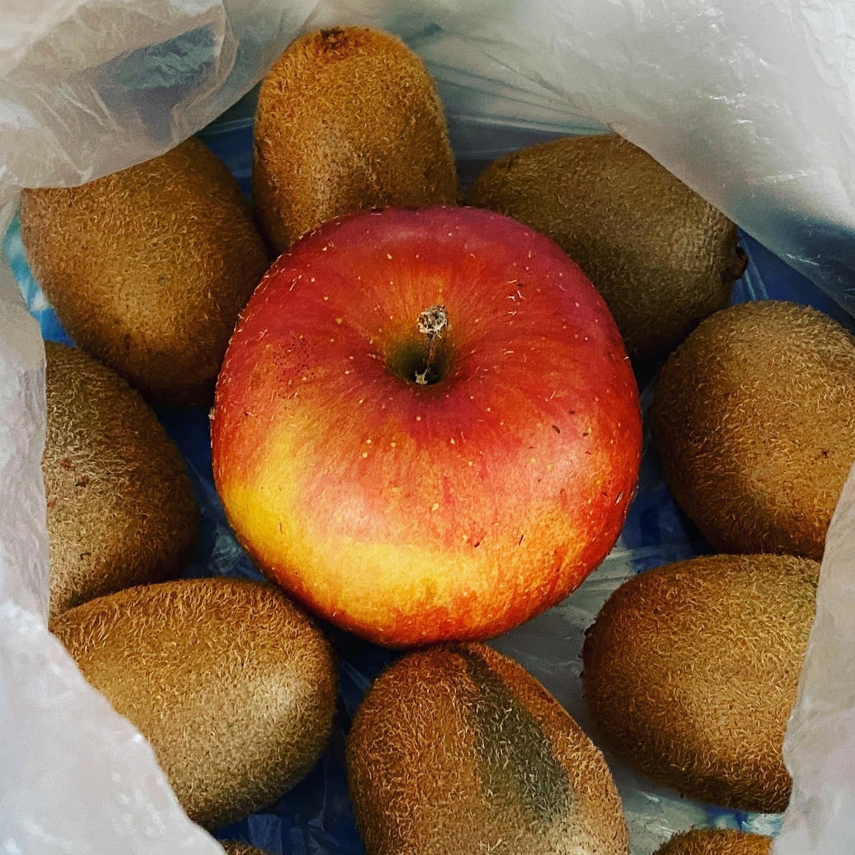 キウイの追熟にはリンゴが不可欠。 美味しくしていただきます!